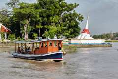 The small ferry passes in front of Mu Tao Chedi, part of Wat Paramaiyikawat.