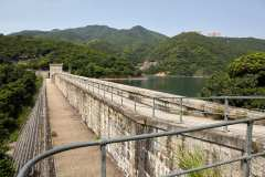 It is possible to climb down the Tai Tam Upper dam and reach the recorder house and the inlet tunnel. But the building is still in use and will be locked.