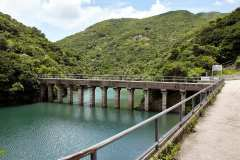 The little footbridge is actually an aqueduct carrying rain from the West Tai Tam Catchwater to the reservoir.
